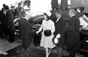 Halston által készített kalapban Jacqueline Kennedy
